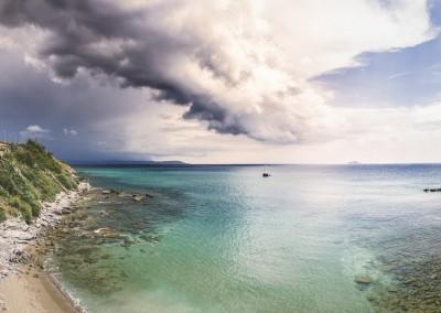 Panorama in Piombino mit Blick auf eine Schlechtwetterfront im Osten